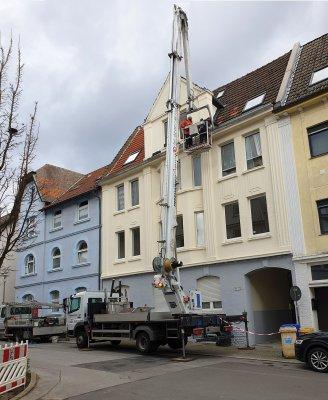 Kran im Einsatz Dach Reparatur Dachdecker LKW Hubarbeitsbühne